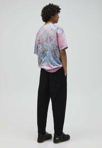 PULL&BEAR - RICK & MORTY - Print T-shirt - rose - 2