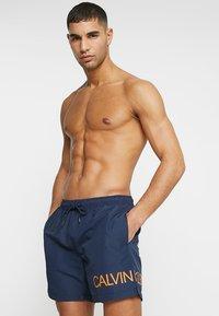Calvin Klein Swimwear - MEDIUM DRAWSTRING SIDE - Plavky - blue - 0
