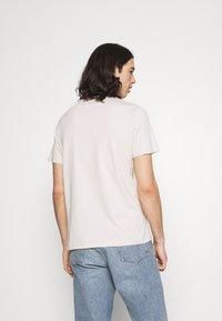 Levi's® - HOUSEMARK GRAPHIC TEE UNISEX - T-shirt con stampa - pumice stone - 2