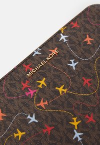 MICHAEL Michael Kors - JET SET CAMERA BAG AIRPLANE SIG SEMI LUX - Skulderveske - brown/multi - 5