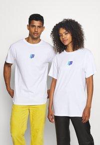 Prince - BACK PRINT TEE UNISEX - Majica kratkih rukava s printom - white - 2