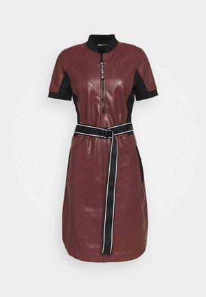 Denní šaty - cabernet