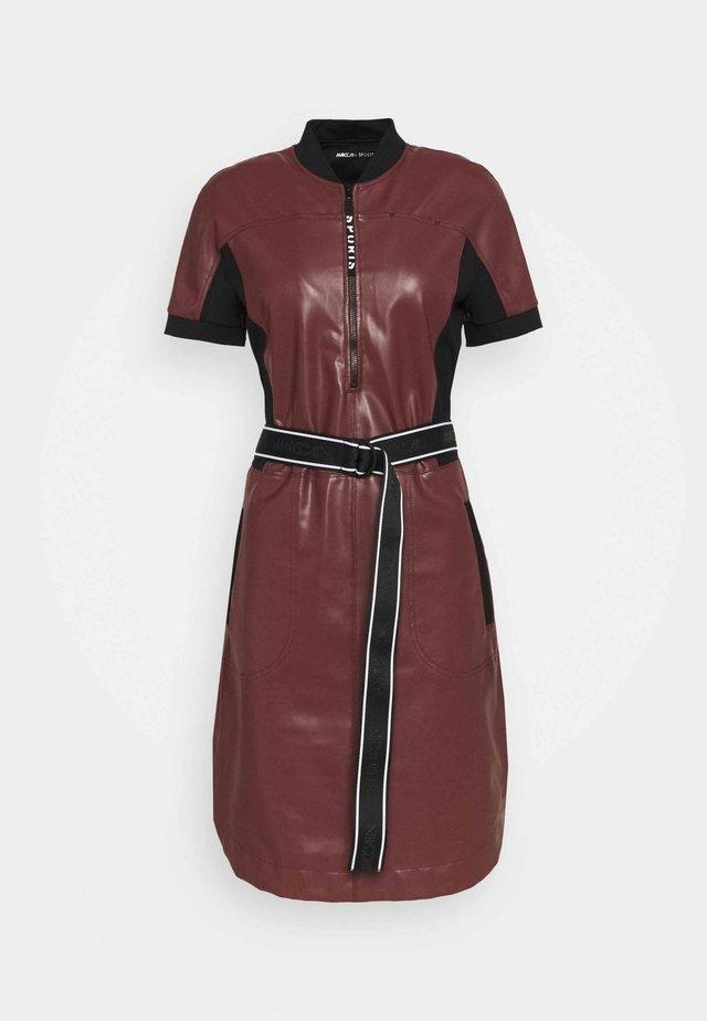 Vestido informal - cabernet