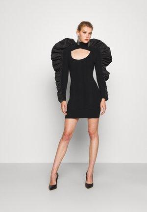 TURTLE NECK RUFFLE DRESS - Robe pull - black