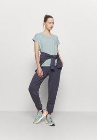 ONLY Play - ONPAUBREE TRAINING TEE - Basic T-shirt - gray mist - 1