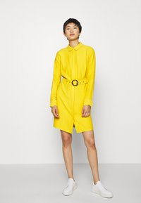 Another-Label - PERI DRESS - Robe chemise - lemon curry - 1