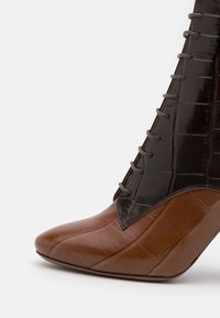 L'Autre Chose - ZIP BOOT - Stivaletti con tacco - cognac/dark brown - 4