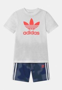 adidas Originals - TREFOIL CAMO SET UNISEX - Teplákové kalhoty - white/crew blue - 0