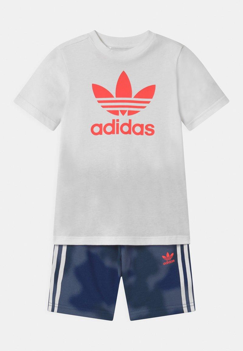 adidas Originals - TREFOIL CAMO SET UNISEX - Teplákové kalhoty - white/crew blue