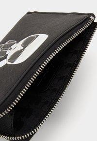 KARL LAGERFELD - IKONIK ZIP CARD HOLDER - Wallet - black - 2