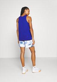 Nike Performance - FLY REVERSIBLE - Funkční triko - hyper royal/black - 2