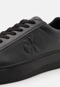 Calvin Klein Jeans - CHUNKY SOLE LACEUP - Matalavartiset tennarit - black - 5