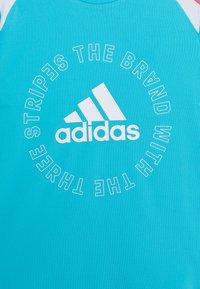 adidas Performance - BOLD TEE - T-shirt z nadrukiem - cyan/white - 2