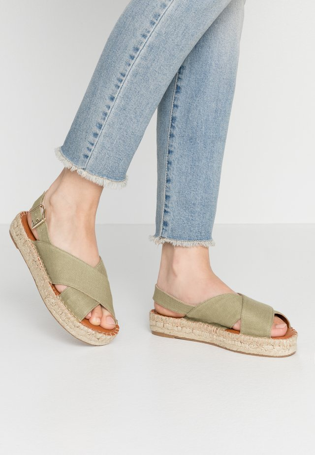CROSSED  - Espadryle - khaki