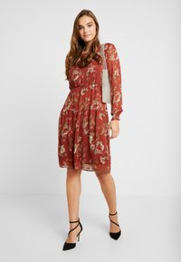 ONLY - ONLCLEO KNEE SMOCK DRESS - Day dress - picante - 1