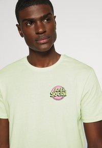 YOURTURN - UNISEX ANTI SOCIA - T-shirt print - light green - 5