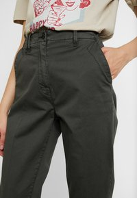 G-Star - PAGE MID BAGGY BF ANKLE CHINO WMN - Chinos - premium micro str twill od - 4