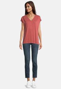 Betty & Co - MIT GUMMIZUG - Basic T-shirt - barn red - 1