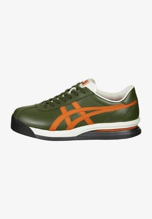 CORSAIR EX - Chaussures de running stables - smog green/habanero
