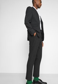 Isaac Dewhirst - Suit - charcoal - 2