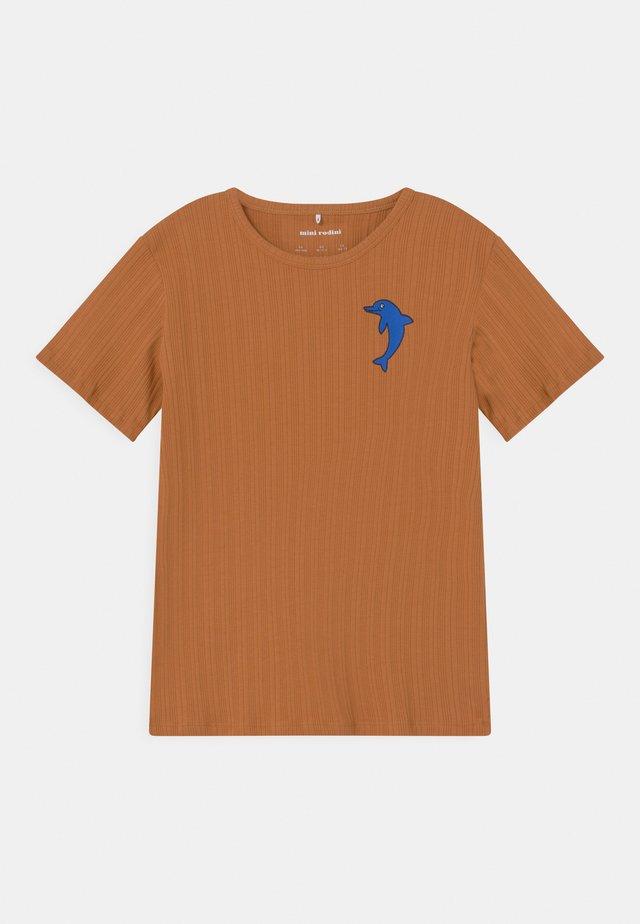 DOLPHIN TEE UNISEX - T-shirt print - brown