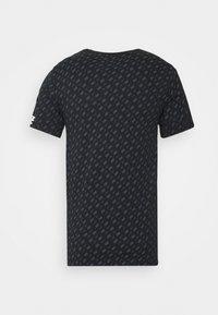 Nike Sportswear - REPEAT TEE - T-shirt med print - black/white - 7