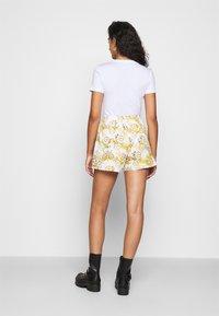 Versace Jeans Couture - Shorts - bianco ottico - 2