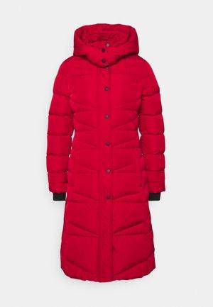 Kabát zprachového peří - crimson red