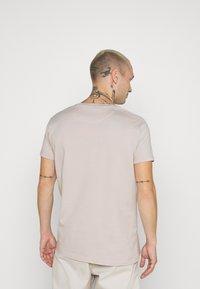 AMICCI - AVELLINO - Print T-shirt - sand - 2