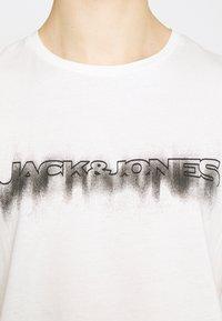 Jack & Jones - JOREDGE TEE CREW NECK - T-shirt med print - cloud dancer - 5