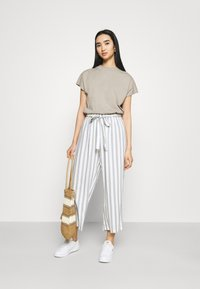 ONLY - ONLASTRID CULOTTE PANTS  - Trousers - cloud dancer/silver conce - 1