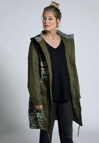 Ulla Popken - GROSSE GRÖSSEN PATCHLOOK BLASEBALG - Parka - teichgrün - 0