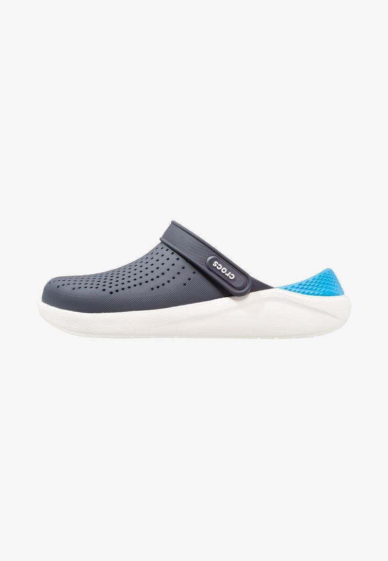 Crocs - LITERIDE RELAXED FIT - Drewniaki i Chodaki - navy/white