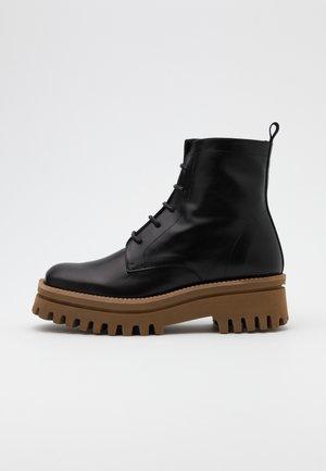 VERSALLES - Kotníkové boty na platformě - black