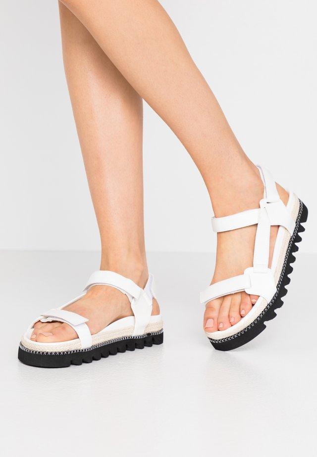 SONNIE - Sandaalit nilkkaremmillä - white