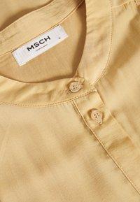 Moss Copenhagen - BENEDICTE MELODY 3/4 DRESS - Shirt dress - croissant - 6