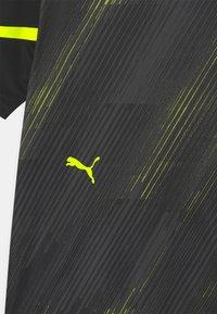 Puma - INDIVIDUAL FLASH UNISEX - Print T-shirt - puma black/yellow alert - 2