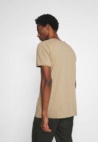 Selected Homme - SLHMORGAN O-NECK TEE - T-shirt basique - petrified oak - 2