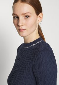 Tommy Jeans - BRANDED NECK CABLE - Pullover - twilight navy - 3