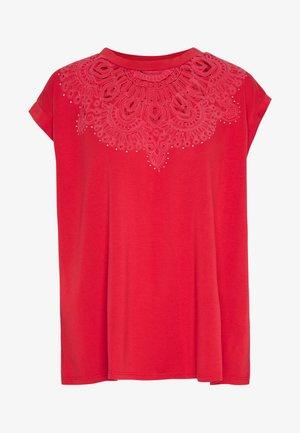 BUDAPEST - T-shirt imprimé - racing red