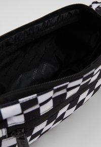 Spiral Bags - CROSSBODY - Ledvinka - black/white - 4