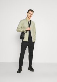 Selected Homme - SLHRELAXFREDDIE POCKET ONECK - Printtipaita - black - 1