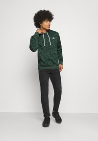 Nike Sportswear - CLUB HOODIE - Sweatshirt - galactic jade - 1