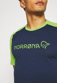 Norrøna - FJØRÅ EQUALISER LIGHTWEIGHT - T-shirt imprimé - foliage/indigo night - 5