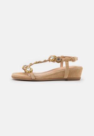 Sandály na klínu - sand