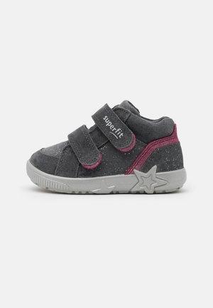 STARLIGHT - Vauvan kengät - grau/rot