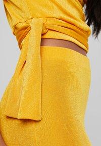 Missguided - SLINKY COWL NECK TIE SIDE AND MIDI SKIRT SET - Blyantnederdel / pencil skirts - mustard - 5
