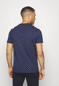 Lyle & Scott - FLAG - Print T-shirt - navy - 2