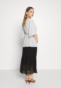 New Look Maternity - MINI PLEAT MIDI SKIRT - A-line skirt - black - 2