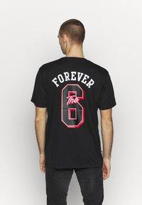 Cayler & Sons - FOREVER SIX SOCCER TEE - Print T-shirt - black - 2